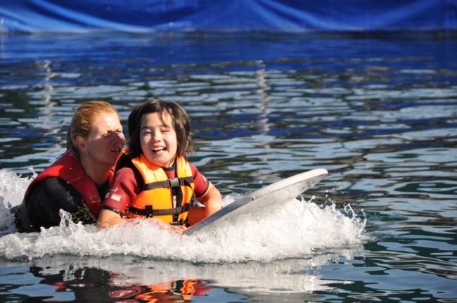 Jillian hat Spaß mit dem Delfin bei ihrer Delphintherapie