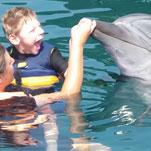 Maddox nach Delphintheraphie ausgeglichener und glücklicher