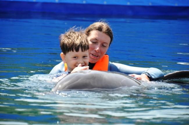Samir beim Schwimmen mit dem Delphin